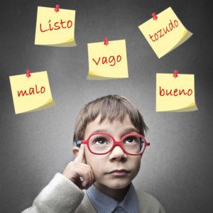 Poner etiquetas o motes a los niños