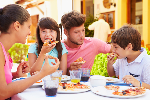 Comer o cenar en familia, sin televisor ni móviles