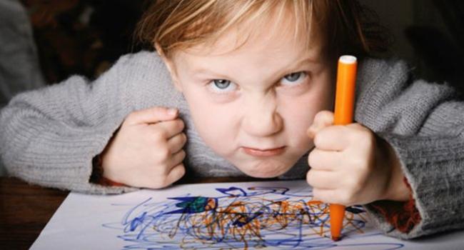 Niño desafiante ante sus padres